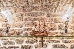 Budva, Montenegro - 20 de agosto de 2017: Modelo de un velero medieval de madera en el biblioteca-museo de la ciudad vieja de Bud imágenes de archivo libres de regalías