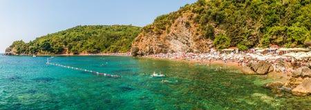 Budva, Montenegro - 18 de agosto de 2017: Panorama de la playa de Mogren en Budva, Montenegro - una de las playas más populares e Imagen de archivo libre de regalías