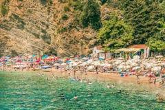 Budva, Montenegro - 18 de agosto de 2017: Vista de la playa de Mogren en Budva, Montenegro Mogren es una de las playas más popula Fotos de archivo