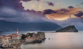 Budva, Montenegro - 20 de octubre de 2016: Salida del sol sobre Budva Imagen de archivo libre de regalías