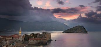 Budva, Montenegro - 20 de octubre de 2016: Salida del sol sobre Budva Imágenes de archivo libres de regalías