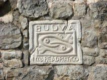 Budva montenegro De plaat in de steenmuur van de vesting van de Oude Stad stock foto