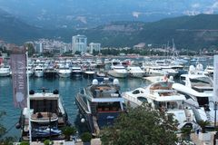 Budva, Montenegro - Juni 24, het Hoofdartikel van 2018 Pijler met boten en jachten dichtbij de oude stad royalty-vrije stock foto