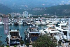 Budva Montenegro - Juni 24, 2018 ledare Pir med fartyg och yachter nära den gamla staden royaltyfri foto