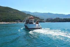 Budva Montenegro - 24 07 2018 redactie Motorboot die in overzees varen stock afbeelding