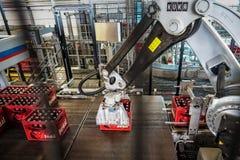 Budvar百威啤酒厂 装瓶排序,洗涤和有汇编线的啤酒瓶车间 图库摄影
