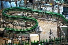 Budvar Budweiser bryggeri Buteljera sortering, tvagningen och öl som buteljerar seminariet med monteringsband Royaltyfri Foto