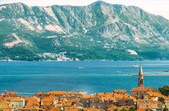 budvastad montenegro En sikt av taken av husen av den gamla staden, bergen och Adriatiskt havet Royaltyfria Bilder