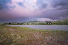 Budy na jeziorze w krajobrazie Norwegia podczas zmierzchu Obrazy Royalty Free