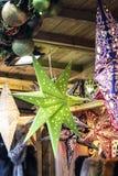 Budy sprzedawania gwiazdy przy Kąpielowym boże narodzenie rynkiem zdjęcia stock