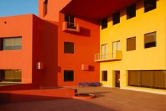 Budynek żółte & pomarańczowe ściany Obrazy Royalty Free