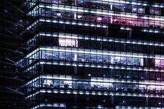 Budynek biurowy fasada przy nocą - miast światła Zdjęcia Royalty Free