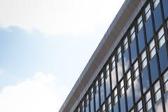 Budynek biurowy i niebo Zdjęcia Royalty Free