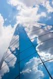 Budynek biurowy na chmurnym dniu Niebieskie niebo w tle dobro fotografia stock