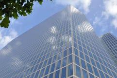 Budynek biurowy – niebo, chmury i kawałek  Zdjęcie Royalty Free
