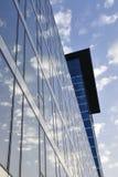 Budynek biurowy – niebo i chmury Fotografia Royalty Free
