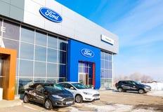 Budynek biurowy oficjalny handlowiec Ford w zima dniu Zdjęcie Royalty Free