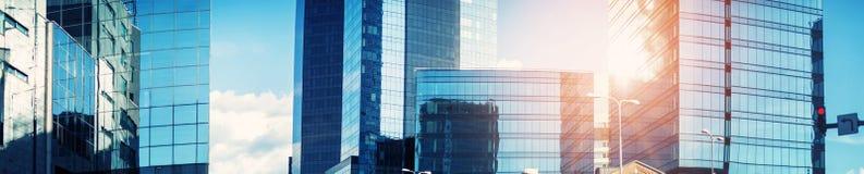 Budynek biurowy panorama z pięknym światłem słonecznym Obrazy Royalty Free