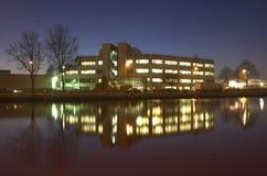 Budynek biurowy przy nocą zdjęcie stock
