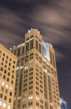 Budynek biurowy przy nocą obrazy royalty free
