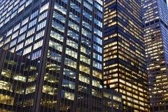 Budynek biurowy przy nocą Zdjęcia Stock
