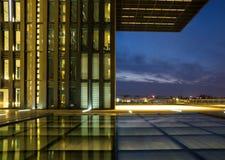 Budynek biurowy przy nocą Obrazy Stock