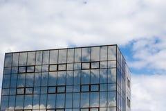 Budynek biurowy z chmurami Obraz Royalty Free