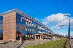 Budynek biurowy znoszący znaki Alpejskie Finanz Immobilien AG firmy i Movenpick obraz stock