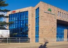 Budynek biurowy znoszący znaki UBS grupa AG i Alpejskie Finanz Immobilien AG firmy zdjęcie stock