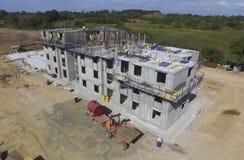Budynek budowa w Panama otaczał drzew i budowniczych pracować Zdjęcia Royalty Free