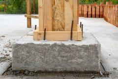 Budynek budowy pojęcie Zakończenie w górę fotografii domowy poparcie element z drewnianym kolumny i betonu formwork przeciw czerw zdjęcie royalty free