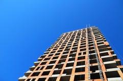 Budynek budowy praca przeciw błękita niebu odosobniony tylni widok biel Zdjęcie Royalty Free