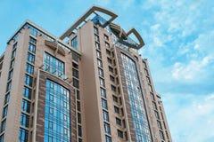 Budynek budowy praca przeciw niebieskiemu niebu Fotografia Royalty Free