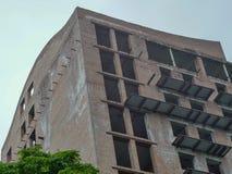 Budynek buduje cegła z naruszeniami prawa budowlane fotografia stock