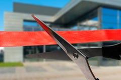 Budynek ceremonia otwarcia - ciąć czerwonego faborek Obrazy Stock