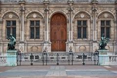 Budynek fasada z rzeźbami. Zdjęcia Royalty Free