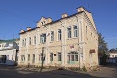Budynek gazetowy ` sowieci myśleć ` w wieczór w promieniach położenia słońce w Veliky Ustyug, Vologda region zdjęcie royalty free