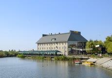 Budynek hotel rozrywki centrum na jeziorze w miasteczku Kuban zdjęcia stock