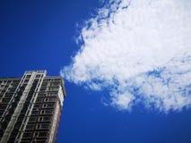 Budynek i białe chmury fotografia royalty free