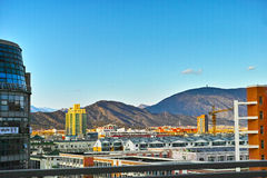 Budynek i góra w słońce secie zdjęcie stock