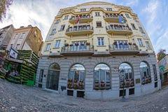 Budynek i restauracja na starym ulicznym Skadarlija Fotografia Stock