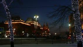 Budynek iluminuje w centrum Moskwa i iluminujący drzewa zbiory wideo