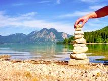 Budynek kamienny pyramide na brzeg błękitne wody halny jezioro Fotografia Stock