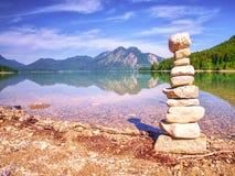 Budynek kamienny pyramide na brzeg błękitne wody halny jezioro Obrazy Royalty Free