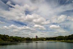 Budynek lokalizować jeziorem z chmurnym niebem zdjęcia royalty free