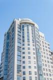 Budynek mieszkalny na tle niebieskie niebo Obrazy Royalty Free