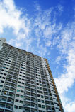 Budynek mieszkaniowy przeciw niebieskiemu niebu Zdjęcie Stock