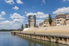 Budynek mieszkaniowy przy IJssel nadbrzeżem rzeki w Doesburg obrazy stock