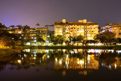 Budynek mieszkaniowy przy noc obrazy royalty free