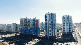 Budynek mieszkaniowy w nowym mieszkaniowym kompleksie footage Nowożytny mieszkaniowy kompleks z nowymi budynkami zbiory wideo